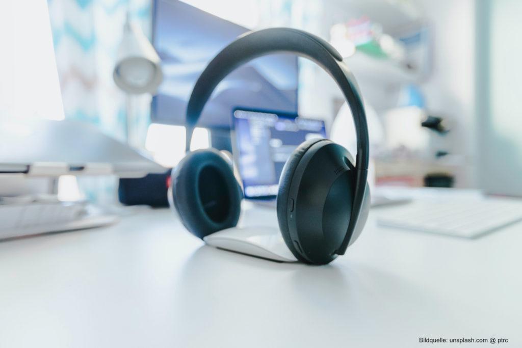 Headsets und andere Hardware-Komponenten erleichtern digitales Arbeiten.