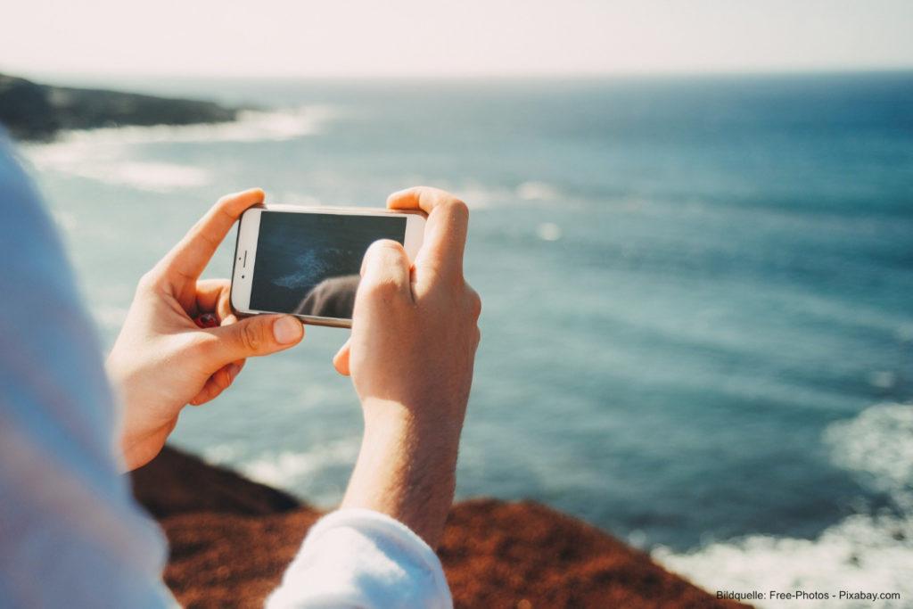 Smartphone-Nutzung-auf-Reisen